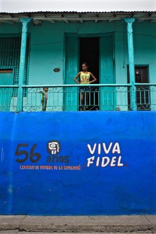Cuban kids with Viva Fidel mural